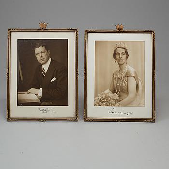 KUNGLIGA FOTOGRAFIER ett par, Kung Gustav VI Adolf och Drottning Louise av Sverige, egenhändigt signerade daterade 1936.