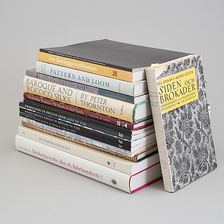 BÖcker, 15 st., ämne: siden, vävda textilier och relaterade ämnen