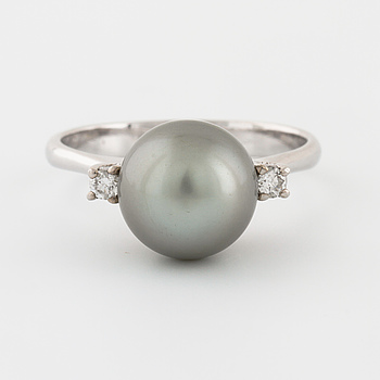 A cultured Tahitipearl and brilliant cut diamonf ring.