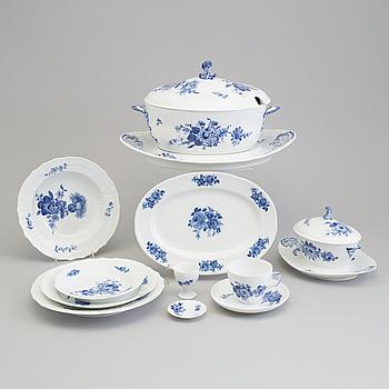 """MAT- & KAFFESERVIS, """"Blå blomst"""", Royal Copenhagen, 33 delar."""