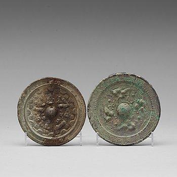 SPEGLAR, två stycken, brons. Tang dynastin (618-907).