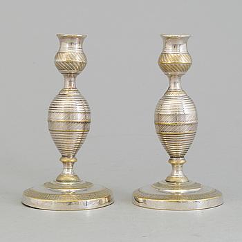 LJUSSTAKAR, ett par, försilvrade, 1800-talets första hälft.