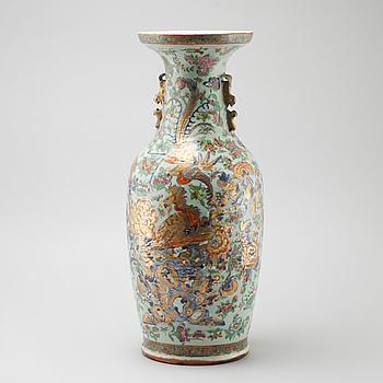 A porcelain vase from China, late Qing, 19th century.