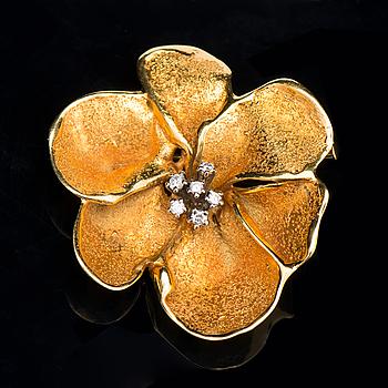 A BROOCH, brilliant cut diamonds, 18K gold. Lotta Orkomies, A. Tillander, Helsinki Finland 1972.