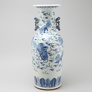 A porcelain vase from China, 19th century.