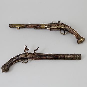 FLINTLÅSPISTOLER, två stycken, orientaliska, 1800-tal.