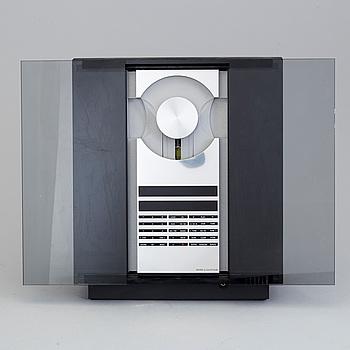 """STEREO med tillbehör, """"Beocenter 2300"""", design David Lewis, Bang & Olufsen, Danmark, tillverkad mellan 1991-2000."""