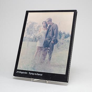 """BOK, """"Trying to dance"""", JH Engström & Journal, första utgåvan, utgiven i 2000 exemplar, Stockholm, 2004. Signerad."""