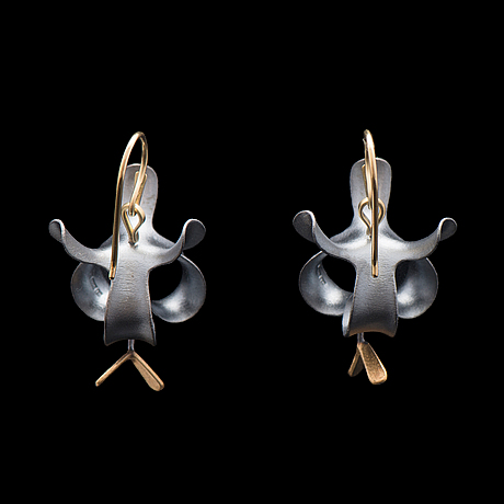 "Chao hsien kuo, ÖrhÄngen, ""black flower earrings with flying seed"", silver, 18k guld, 2015"
