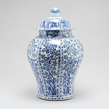 GOLVURNA med LOCK, porslin, Kina, Qingdynastin, Kangxi.