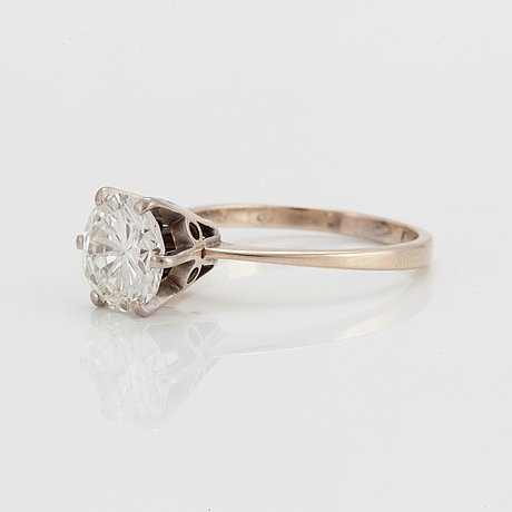 A ring set with a round brilliant-cut diamond.