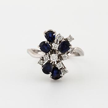 RING, med briljantslipade diamanter och droppslipade safirer.
