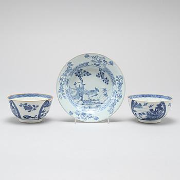 SKÅLAR, ett par, samt BÄRTALLRIK, porslin, Kina, Qianlong (1736-1795) samt Kangxi (1662-1722).