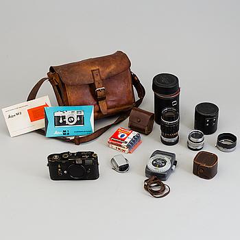 KAMERA OCH 2 OBJEKTIV, svart Leica M2, nr 1005211, Wetzlar, Tyskland, 1960.
