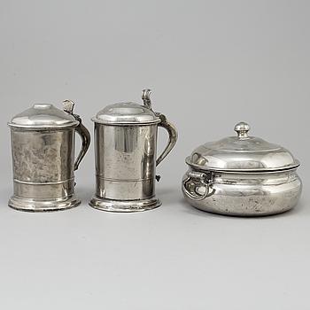 GRÖTSKÅL med HÄNKLAR, samt KANNA tenn, Sven Ekström (1824-1852/61), Norrköping samt KANNA, tenn, 1800-tal.