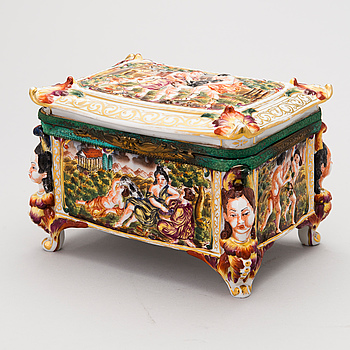 A CASKET, porcelain, Capodimonte, Neaples, early 20th Century.