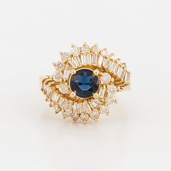 RING med fasettslipad, troligen syntetisk safir, baguette samt briljantslipade diamanter.