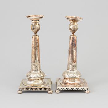 LJUSTAKAR ett par, nysilver, gustaviansk stil, 1900-tal.