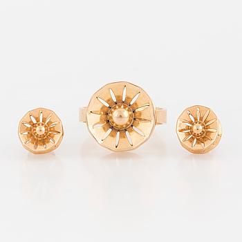 THERESIA HVORSLEV, ett par örhängen samt en ring, 18K guld.