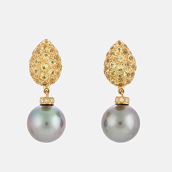 ÖRHÄNGEN, ett par med odlade, 'Tahiti' pärlor, briljantslipade diamanter samt troligen gula topazer.