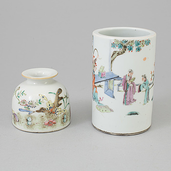 A famille rose brush washer and a brush pot, late Qing dynasty, circa 1900.