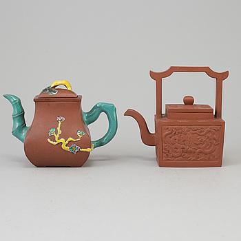 TEKANNOR med LOCK, två stycken, yixinggods. Kina, 1900-talets andra hälft.