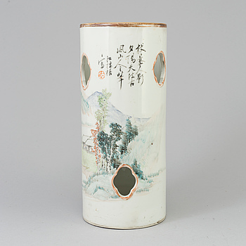 A Chinese famille rose porcelain hat stand, early 20th century.