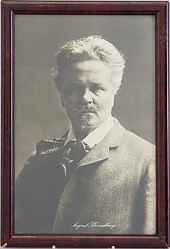 FOTOGRAFI, föreställande August Strindberg (1849-1912) samt BOK.