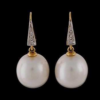 ÖRHÄNGEN, med odlade South Sea-pärlor och briljantsliapde diamanter totalt ca 0.06 ct.