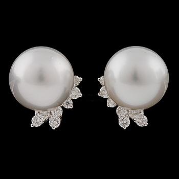 ÖRHÄNGEN, med odlade pärloroch briljantslipade diamanter.