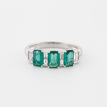 RING,med smaragdslipade smaragder ca 1.20 ct samt baguettesliapde diamanter ca 0.25 ct.