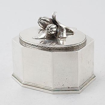 A silver sugarbowl made in Stockholm in 1944.