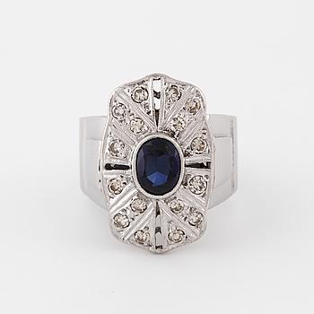 RING,med syntetisk safir och  åttkantslipade diamanter, Örtgrens, Borås.