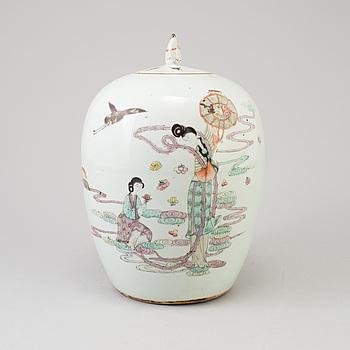URNA MED LOCK, porslin, Kina, sen Qing, omkring 1900.