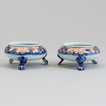 A pair of Chinese imari porcelain salts, Qing dynasty, Kangxi (1664-1722).