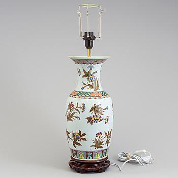 BORDSLAMPA, porslin, Kina 1900-tal.
