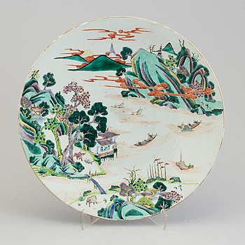 A large Chinese famille verte porcelain dish, Qing dynasty, late 19th century.