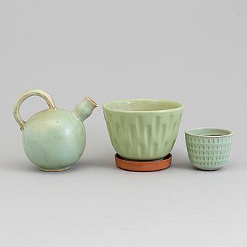 BLOMKRUKOR, 2 st samt KANNA, keramik, fyra delar, bland annat Uppsala Ekeby.