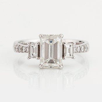 829. RING med en smaragdslipad diamant. a9785e7647f28