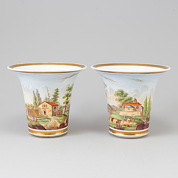A PAIR OF PORCELAIN EMPIRE URNS, first half of the 19th century.
