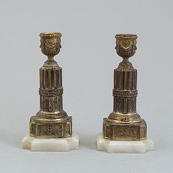 LJUSSTAKAR, ett par, mässing och alabaster, gustaviansk stil, 1800-tal.