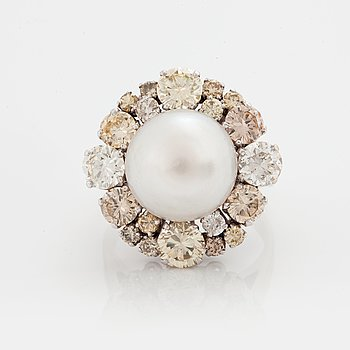 776. A RING set with round brilliant-cut diamonds.
