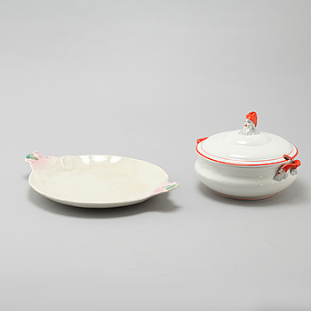 An eartheware tureen and a serving dish from Göteborg, early 20th century.