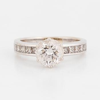 ENSTENSRING med en rund briljantslipad diamant.