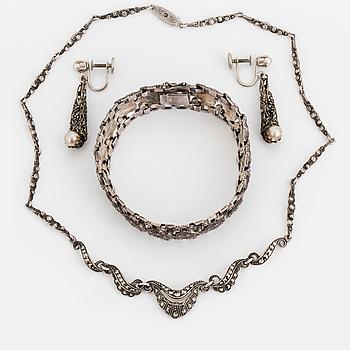 GARNITYR, armband, örhängen samt en collier, silver och markasiter och pärlor. Med etui.