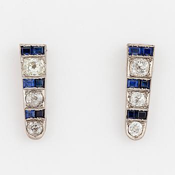 ÖRHÄNGEN, ett par, med diamanter och troligen syntetiska safirer.