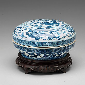 566. A blue and white box with cover, Ming dynasty, with Wanli mark and period (1572-1620).