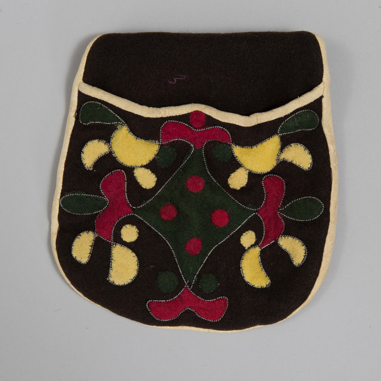 d8e241411a3 Handsydd blus av linne med broderat monogram och datering KOD 1844. Klänning  av randigt ylle knäppt med tryckknappar. Två förkläden av mönstervävt linne.