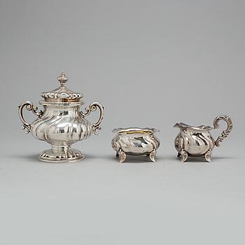 SOCKERSKÅLAR, 2 st samt gräddkanna, silver, rokokostil, delvis svenska importstämplar.