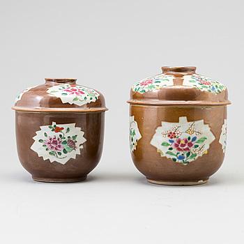 SKÅLAR med LOCK, porslin. Kina, Qingdynastin, Qianlong (1736-95).